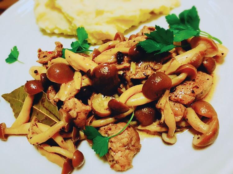 豚ヒレ肉と茸の 白ワイン煮込み