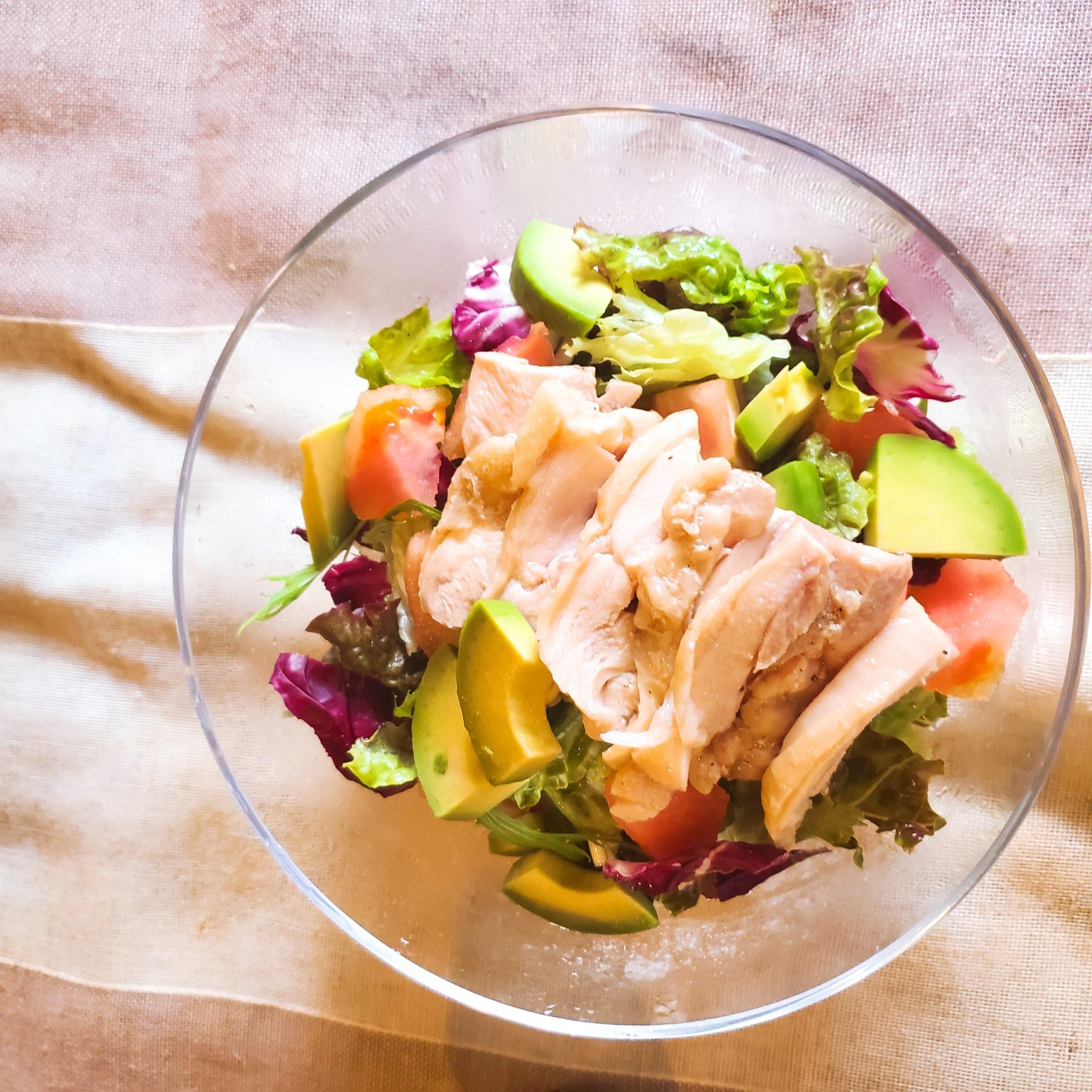 蒸し鶏とトマトアボカドのサラダ